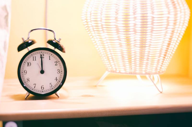 sveglia-orologio-comodino